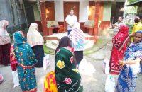 আগৈলঝাড়ায় বিএনপি নেতার উদ্যোগে ত্রান বিতরন